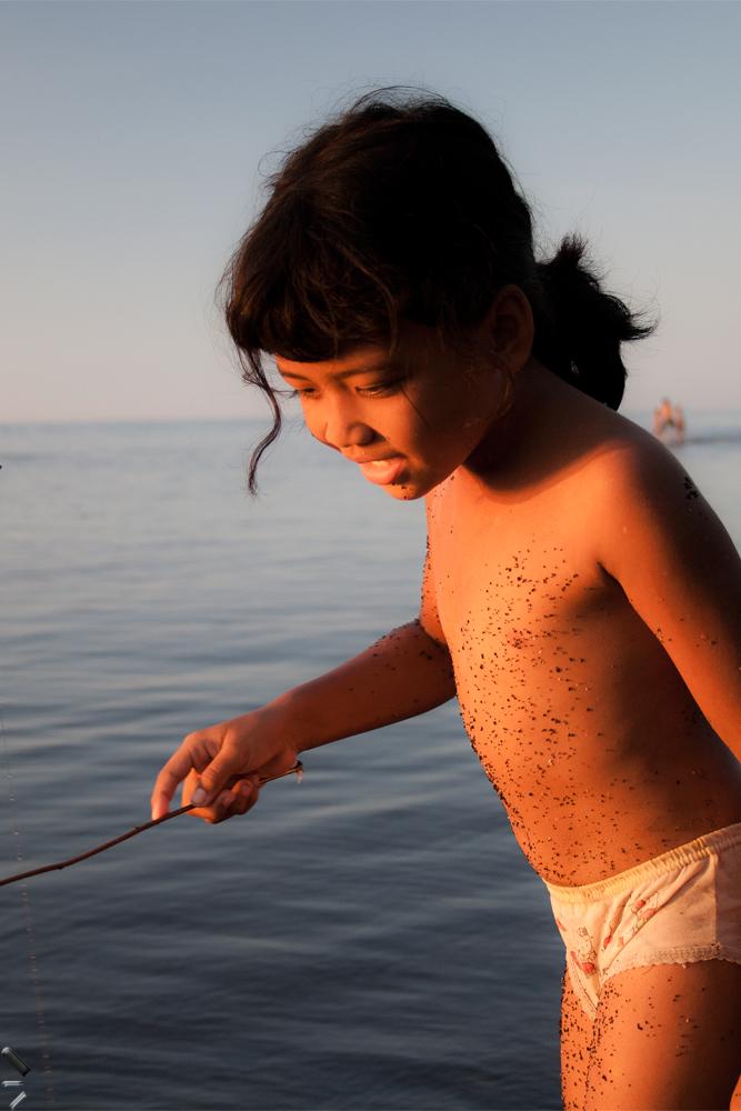 Niña-jugando-en-una-playa-de-Lovina-en-la-Isla-de-Bali