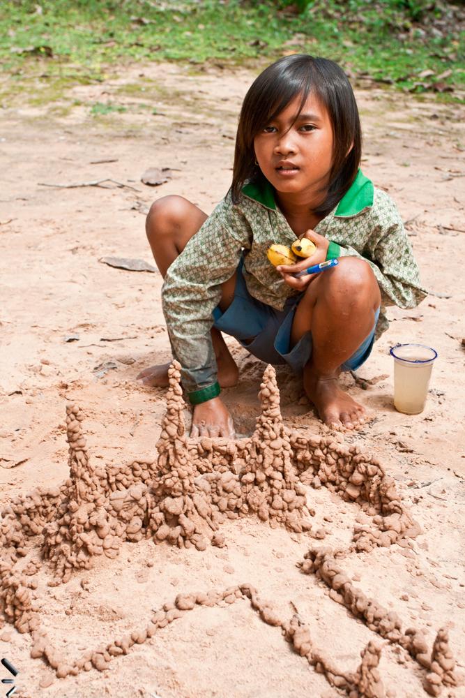 Niña-y-arena-en-Angkor