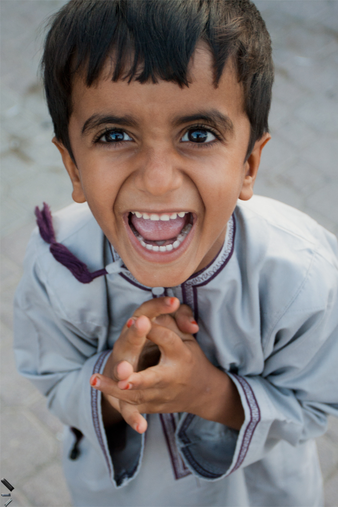 Niño-entusiasmado-con-nosotros-en-Oman