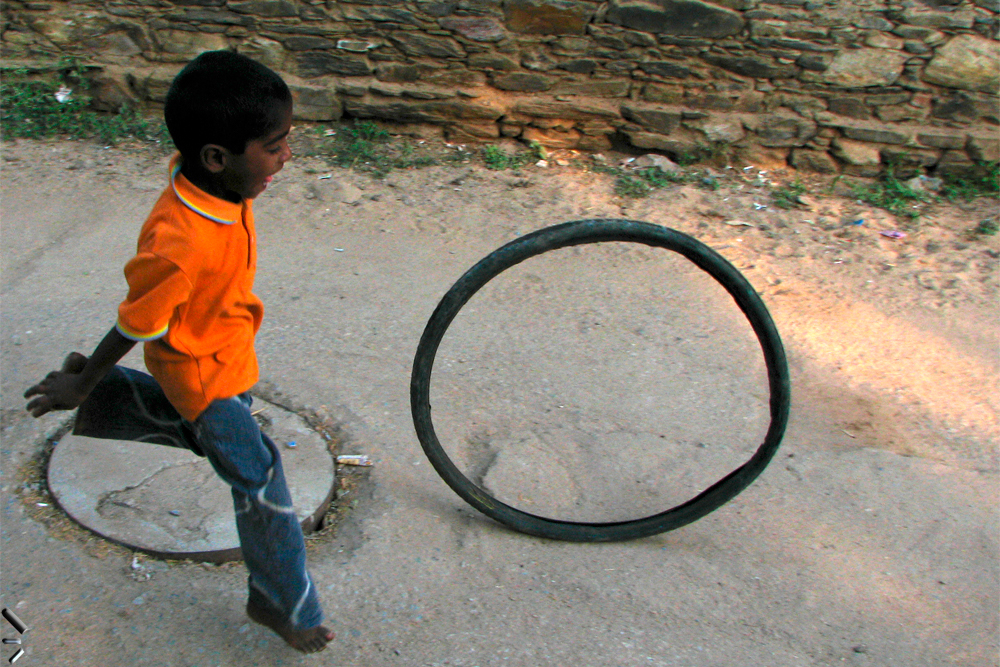 Niño-jugando-con-neumático