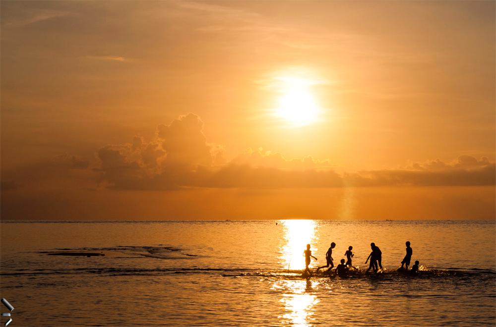 Niños-al-atardecer-en-Lovina-Isla-de-Bali