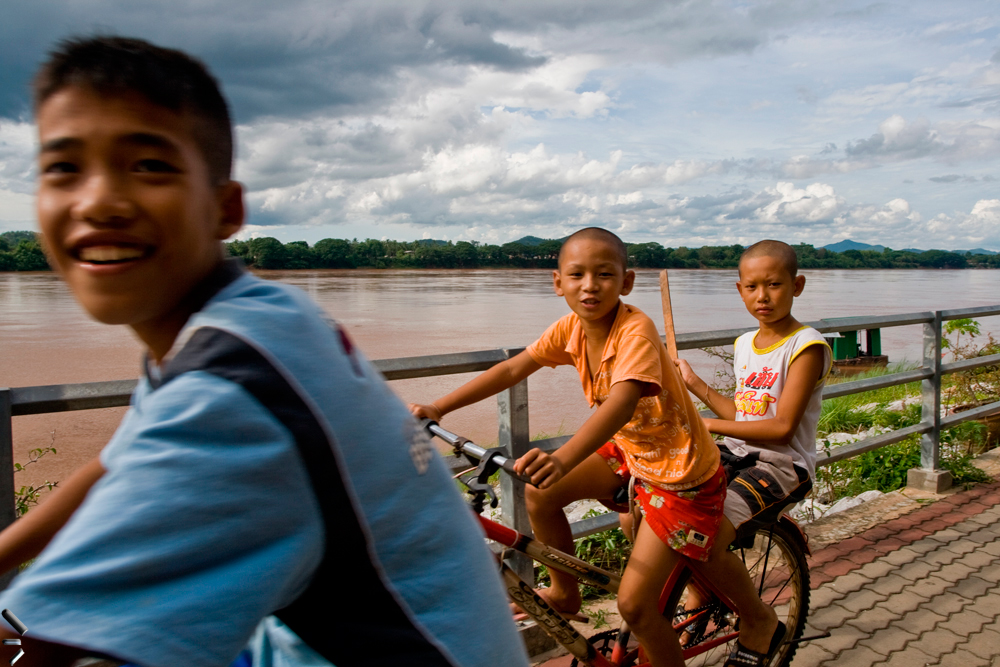 Niños-en-bicicleta-en-el-río-Mekong