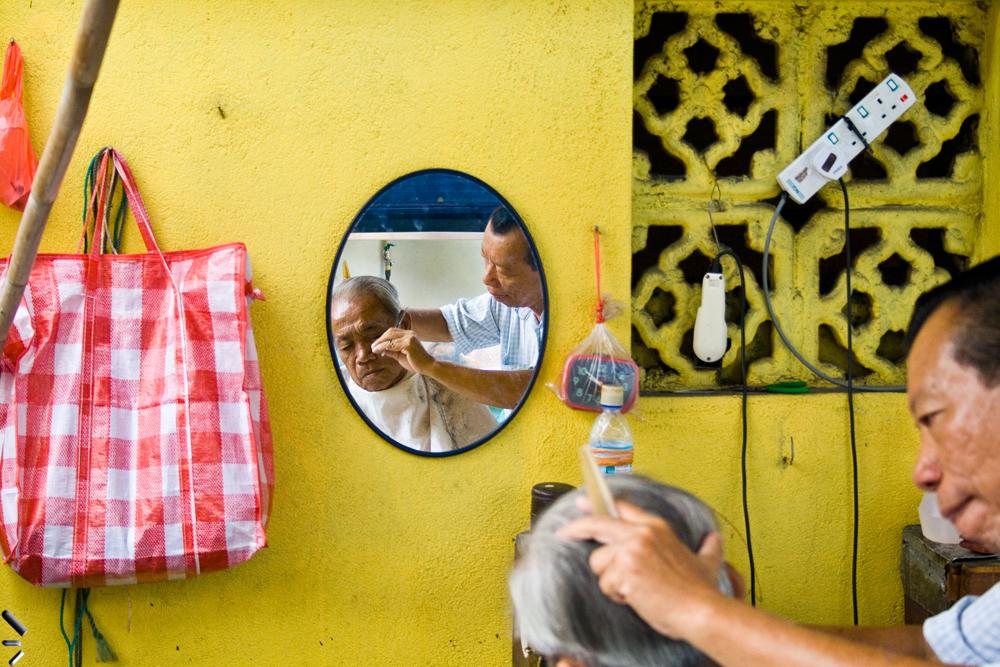 Peluquero-callejero-en-Kuala-Lumpur-Malasia
