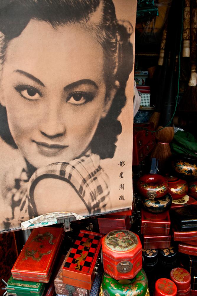Poster-en-un-mercado-de-Shanghai