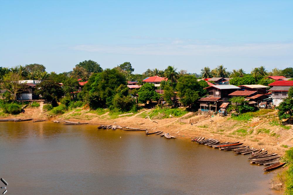 Pueblo-a-orillas-del-Mekong-en-Laos