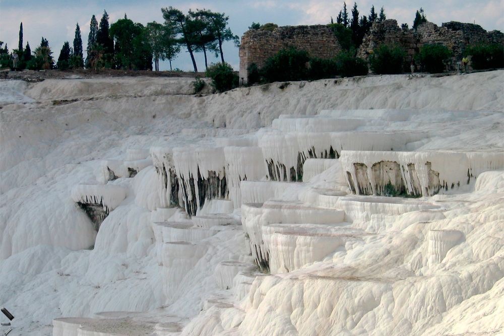 Ruinas-de-Hierapolis-Pamukkale-en-Turquía-(Piscinas-de-Travertino)