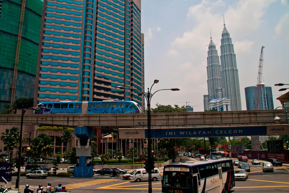Tranvía-y-Petronas-en-Kuala-Lumpur